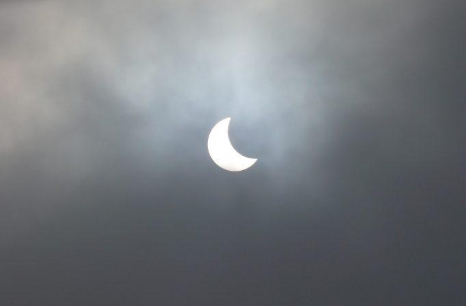 Pomrčina Sunca u Raku i mlad Mjesec